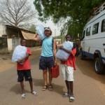 Kinder beim Wassertragen