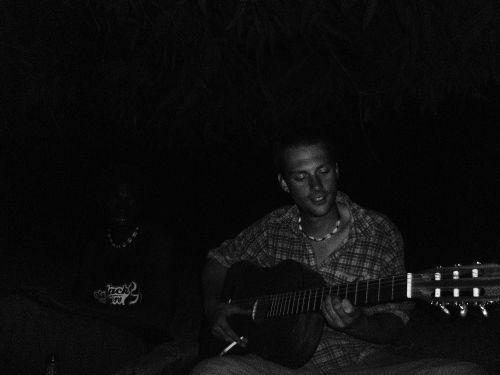 Kev beim Gitarre spielen
